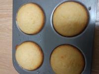マドレーヌの焼き色がつきません。  小麦粉200g 砂糖180g バター150g 卵2個 塩ひとつまみ 表面にふるグラニュー糖少々  余熱200 焼き200度17分です。