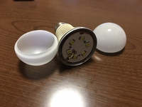画像のLED球はSHARP製ですが、経年劣化で電球部分?  画像のLED球はSHARP製ですが、経年劣化で電球部分? のボンドの粘着力が弱くなって電球部分が取れてLEDやヒートシンク部分と分離しています。  セメダインCとかで薄いガラス電球部をLED部に接着するのですが、例えばセメダインCでは「木、紙、布など」にしか使えないようで、何か良い接着剤はどなたかご存じありませんか?  ...