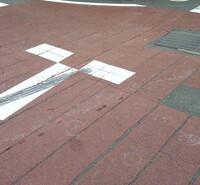 タイヤブレーキ痕跡について 質問させていただきますm(__)m  状況は 信号機の無い交差点での出会い頭の事故。 車両側に横断歩道あり 相手:1BOX車 当方家族:原付 原付側に一時停止が あり 過失割合が大きいことは承知してます。  車両側からはミラーを確認しないと高い塀で 原付側道路の人や車両は見えない交差点です。 横断歩道があります。  原付側からは一時停...