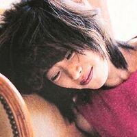 中森明菜さんの1980年代のアルバムから、穏やかなイメージの曲を10曲(以下の①〜⑩)集めてみました。その中から、皆様のお好きな3曲を教えてください。 . *括弧内は収録アルバム名  ① 咲きほこる花に (1982年...