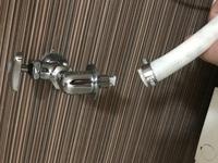 止水栓と給水ホースについて質問です。 すぐにでも洗濯したいのに困っております。 止水栓付きの蛇口がある賃貸に引っ越しましたが、洗濯機に水を全然送れません。 他の方を質問を見て栓を押 し込めるようにな...