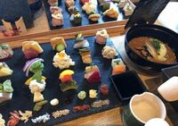 京都で、嵐山か八坂神社付近で 着物で行ける映えるランチ したいです。  3人で行くのですが、好き嫌いが バラバラすぎて決まりません(笑)  和を堪能したいです! 画像のような感じのもの!  ちなみに寿司は食べ...