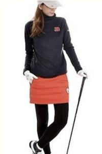 この写真のゴルフウェアを探しています。どこのブランドかお分かりの方教えてください!上下分かると助かります。