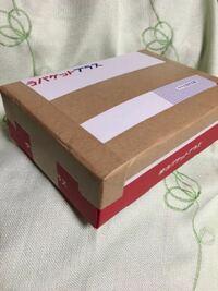 メルカリゆうパケットプラスの発送について 蓋が開かないようにガムテープで止めたのですが 箱の上部と、箱の横にある、 ゆうパケットプラスのロゴが少し隠れてしまいました。 この状態で、郵便局は発送を受け付...