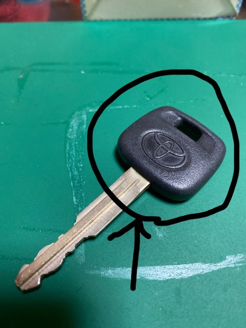 【至急】 スペアキーの材質について… このトヨタのロゴが入ってる部分はなんの材質になるんですか?樹脂?シリコン? 硬いですが穴が空いているあたりはぐにぐに曲がります。
