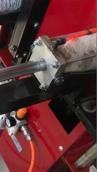 エアーシリンダー(角形)についてですが 中国製のシリンダー(端材で作ったようなシリンダー) チューブ内径75mm外径(ロッドカバー)80mmを国産(SMCなど)シリンダーのチューブ内径63mmに変更した場合力はかなり落ちま...