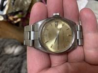 ロレックスについて質問です。 いただいたロレックスなのですが、画像の腕時計はどのくらいの価値でしょうか。 ちなみに20年ほど前のものになります。 修理しないと使えないと思います。 詳しい方よろしくお願い致します。
