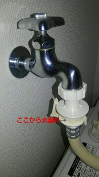 洗濯機の蛇口からの水漏れ  洗濯機の蛇口と給水ホースのつまみの間から水漏れが発生してしまいます。 給水ホースは以前使えていた物を使っているので給水ホース自体の欠損はないのではないか と思っています。 給水ホースのサイズが合っていないのか、蛇口についてるオートストッパー水栓(?)が悪いのか、それ以外のとこなのか…詳しい方ご教示お願い致します。 また、もしオートストッパー水栓が悪い場合...