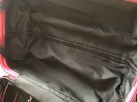キャリーバッグの使い方。  キャリーバッグを初めて購入しました。 使い方がわからない部分があるので、教えてください。  バッグを開くと左右二つに分かれるのですが、その底面にファスナ ーが付いているのですが、開く持ち手がありません。 このファスナーには特に意味はないのでしょうか?  この布の上に荷物を詰めていくのでしょうか?  画像添付します。  どなたか教えてください...