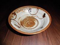 茶碗について情報ください。 最近アンティークショップで茶碗を購入しました。形は高麗茶碗のようで絵が描いてあります。茶碗の裏側には鉢から葉が1枚伸びているような絵が彫られています。 箱等が無いため、どのような茶碗なのか気になっていろいろ調べたのですがまったくよくわかりません。もしこれと似たような茶碗の情報をお持ちの方がおられましたらご教授ください。宜しくお願いします。