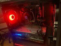 パソコンに冷却ファンを3つ取り付けたのですが、 どうもリアファンだけ以上(空気清浄機をダッシュに設定した時くらい)にうるさいです。 そういうものでしょうか? RGBなので極力回してあげたいのですが、何か手は...
