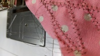 ジグザグミシンが立体的に持ち上がります。 ミシンはベルニナB570糸はマデイラのクリア、押さえ圧や糸調子はいろいろ試しました。 よろしくお願いします(T_T)