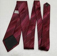 黒スーツにこの ワインレッドのネクタイは派手すぎますか? 就活です。