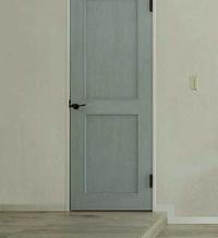 ペンキの塗り方について リクシルのドア(画像参照下さい)のようなペンキはどのように塗られているのでしょうか  グレーのペンキを塗った後にブルーグレーのペンキをムラ塗りしている? お 分りになる方、お...