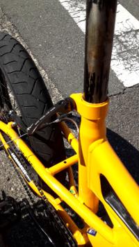 HUMMERの自転車に乗ってるのですが、サドルがすぐに下がってきます。 原因としてきっちりサドルの椅子を上げ下げするレバーを下げきれていないということはわかっているのですが、この自転車は写真のレバーをくるくる回して閉めてから下に押して閉じきらないといけないのに、固くてとてもじゃないですが下げることができず、素手ではなく固いものをつかって押すとこのレバーが曲がってしまいそうにしなる感じになりま...