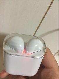 ワイヤレスイヤホンの質問です 最近買ったワイヤレスイヤホン、寝る前に充電して寝るのですがずっと赤く点滅しています。これは正しいのでしょうか? ワイヤレスイヤホンは18X-TWS5.0?です(箱に書いていた)あま...