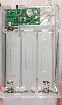 電池に詳しい方教えてください! 電池ボックス?電池ソケット?の、右上の金具を無くしてしまいました。電池に接続する部品です。バネがついている、電池2つ分?のプレートです。自分で治す方法を教えてください。