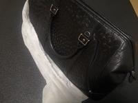 ブランドバッグに詳しい方教えて下さい。 画像のバッグはなんのブランドでしょうか? もしくは無名のバッグなんでしょうか? バッグにブランド名などの表記はありません。 数年前に母親がそ こそこの高値で買...