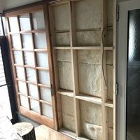 壁の断熱施工について質問させていただきます。 リフォーム中の者です。 写真は室内同士接続部ですが、手前が旧家屋の手を付けない無断熱空間のため、屋外扱いとなります。 室内側に断熱材を付加する設計のため...