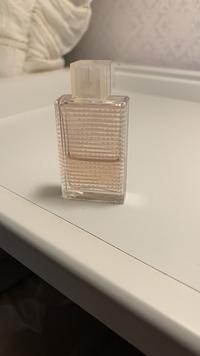 香水に詳しい方 このバーバリーの香水の名前わかりますか? 友達にシンガポールのお土産で5mlのミニボトルをもらい、いい香りだったので自分で現品購入しようと思ったのですが外箱を捨ててし まいわかりません...