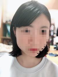 面接時の髪型について  私は今就活生(女)なのですが、面接や履歴書の写真用の髪型について悩んでいます。  前髪がある人は眉毛が見えるように斜めに流す、というのが大半だと思うのですがこ れはアウトでしょうか?今の前髪が目の下くらいの長さで中途半端なのでこうするか、いっそ上げてしまうかしかないと考えています。 また、後ろ髪はこのくらいの長さであればおろしていても大丈夫でしょうか?一応縛...