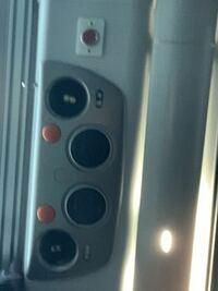 高速バスには降車ボタンがないものもありますか? この写真では赤いボタンが降車ボタンなのでしょうか?