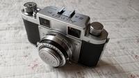 フィルムカメラについて!助けてください!  先日、嫁の祖母からフィルムカメラを貰いました。 機種がNOVO 35ⅡAというやつです。 実はフィルムカメラを使うのもはじめてで、祖母も使い方が 分からないとのこ...
