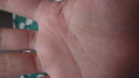 人差し指と中指の間辺りから出ている濃いめの線は、どういう意味があるのですか?