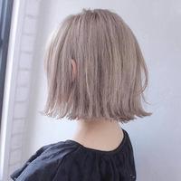 このミルクティー色に染めたいんですがこの色の名前はなんて言えばいいですか?あと。セルフブリーチをして美容院でカラーしてもらおうと思っているのですが、茶髪からでも入りますか?ムラは別 に気にしないです