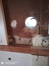 エアコンの穴のスリーブを抜く必要がありますか?DIYで壁のリフォーム完了後に業者さんに今ある穴を利用してエアコンを取り付けてもらいスリーブ処理もしてもらう予定です。しかし、リフォーム 完成後はあと31ミリ壁が厚くなる予定なので今入っている長さ約150ミリのスリーブは使えません。そこで私が抜こうと思いましたが、押しても引いても抜けません。この場合、抜く必要があるのであれば抜き方を教えてください...