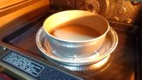 スフレチーズケーキ、湯煎焼きについて。 底取れの型を使用してスフレチーズケーキを約場合、湯が入らないようアルミを巻いて湯煎焼きにしますが、画像のようにアルミトレーに乗せて天板の方に湯を張っても良いのでしょうか。  それとも型に湯が当たっていないと意味が無いのでしょうか。  詳しい方教えて頂けませんでしょうか、どうかよろしくお願い致します。