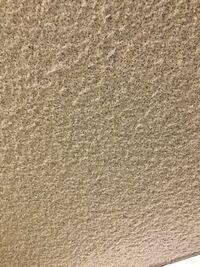古い戦後まもなくの鉄筋コンクリート造の建物の天井素材について質問です。写真のような見た目の天井なのですが、どんな素材なのかよく分かりません。吹き付け材料なことは確かだと思います。もしアスベストの可...