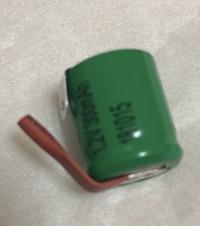 ニッケル水素電池(バッテリー)  新しい充電池を買ったのですが、この両端についている赤茶色のものと銀色のものは取って使うのでしょうか?