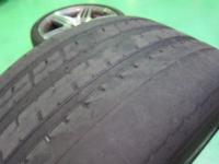 タイヤのローテーションについて。 マツダ デミオ です。  前のタイヤ左右が 画像(見本) のような状態になってます。 後ろ前後(※)のタイヤはピカピカなので前に持ってこようかと思うのですが、料金はいくらぐらい...