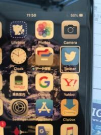 iphone6の言語設定を英語にした途端、iPhoneが自由に動かなくなりました。 アプリを押しても、変な英語の発音が流れ、反応しません。ただただ英語に設定を変えただけなので困惑しています。強制再起動してもなにも変化なし。 なす術がありません。 誰か解決方法を教えてください。 ちなみに、その携帯は現在SIMカードが入っておらず、違う携帯で質問しています。
