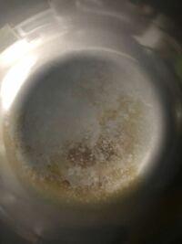 鉄のフライパンについて。 リバーライト極のフライパンです。 これは失敗ですか? 別にベタついたりざらついたりはしていません。 銅のたわしで擦っても落ちませんでした。 このままでいいのか、それとも焼き切る...