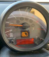 警告灯の種類 ミニクーパーのクロスオーバー ディーゼル車の 警告灯について質問です。  インターネットで画像検索等で分からなかったので、質問いたしました。  こちらの警告灯が指している内容が分かる方はいら...