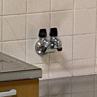 都市ガスのガス栓にコンロを取り付けたいのですが、こちらのガス栓に取り付ける為にはゴム管用ソケットは必要でしょうか? コンロをとゴム管を購入したのですが、ガス栓がホースエンド型かコンセント型か写真を見てもわからず…  写真が遠目から撮ったものしかなく、次見に行けるのは入居の日になってしまうのでこの写真で見分けることができるなら教えて頂きたいです。  わからなそうだったらソケットを一応準備してお...