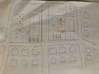 建売住宅の立地についてご相談です。  大手ハウスメーカー施工の建売住宅が 希望のエリアに発売されたのですが、 道を挟んで向かいにコンビニがあります。 ただ、目の前ではあるものの、お 店の背中側が向かいになる形です。しっかりフェンスで区切られており、道路は5メートルほど幅がある道路です。 (汚いですが、手書きで書いた画像を添付しました)  このような位置でも、コンビニが近くだと...