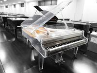 YOSHIKIのクリスタルピアノは板にアクリル板を使用することで透き通るような響きをさせる効果があるのでしょうか?