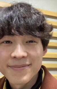 松村北斗はなぜ左目だけ二重幅広くしてアイプチしてるんですか?右目ももっと広げればいいのに