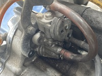 NSR50のエンジンなのですが、ここのアクセルワイヤーの繋がる場所の部品の名前を教えて下さい。この場所のバネが切れてしまいましたバネの交換をしたいのですがやり方教えて下さい。