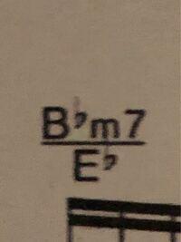 ピアノ初心者です。このコードの名前と弾き方を教えてください。