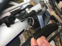 r8000のフロントディレイラーのテンション調整ボルトがなめてしまいました。 取る方法はありますか?また、このボルトだけは売ってませんか?