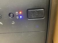写真のようにpcの電源横のボタンがずっと赤の点滅を繰り返しています。 ググると主電源をオフにすると直ったと書かれていて試したのですが、特に直りませんでした。 何が原因なのでしょうか? また、赤の点滅っ...