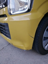 この写真のバンパー傷は自宅駐車場に停めている間にやられました。 写真ではわかりにくいですが左上のバンパーが取れかかっています。 車の前にプラスチック片が数個落ちてたのと、なにかの毛 が2箇所ついてい...
