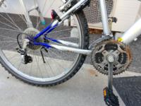 自転車に詳しいか方、この自転車のチェーンの交換方法を教えてほしいです。自転車用語は全くわからないので場所などをかいて説明してくれたら幸いです。2時間くらい戦いましたが無理でした。ユーチューブの解説動画 は用語がわからないので全くわかりませんでした。