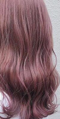 コロナで美容院に行けないのでセルフカラーをしようと思います。エンシェールズカラーバターのチェリーピンクとココナッツブラウンを持っているのでそれを使おうと思っています。この写真のような髪色にしたいのです が、このふたつのカラーバターでできますか?? また、今の髪色はブリーチなしの少し暗めの茶髪です。 ブリーチした方がこの写真に近い色になるでしょうか?