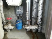 マンションのメーターボックス内部です。 ガス給湯器の下に水道メーターと元栓など複数の管があります。 水漏れしてるようです。 昨日は気づきませんでしたが本日気づきました。  どの管か ら水漏れで どのような原因が考えられますか?  漏れ具合は少量しみ出ている程度と思えます。 連休中ですが修理を急いだ方がよいでしょうか?