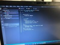 html.cssについてです。 visual studio codeというアプリです。 ある特定の画像を背景画面として載せたいのですが  本通りにcssの#home (background-image: url(../ファイル名/画像名))で反映されないのですが、...